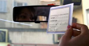 GIOVANE RAGAZZA CON TALLONCINO DELL' ASSICURAZIONE RC AUTO IN MA